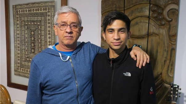 El argentino Fernando Poyo (i) y el venezolano Eduardo Contreras posan durante una entrevista para la agencia EFE.