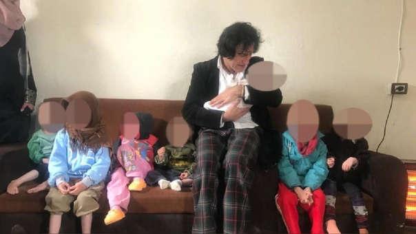 Patricio Gálvez junto a sus siete nietos