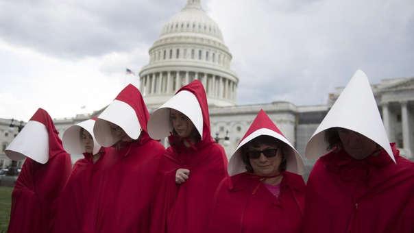 Manifestantes a favor del aborto en EE.UU. con atuendos inspirados en la serie 'The Handmaid's Tale'.
