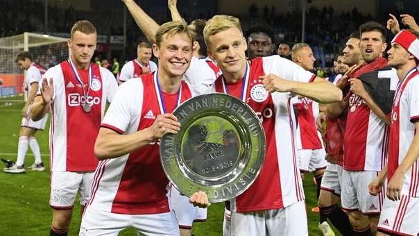Frenkie De Jong (izquierda) y su compañero Danny van de Beek posan tras coronarse campeones de la Liga de Holanda (Eredivisie) con el Ajax.