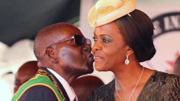 Grace Mugabe la acusó entonces de engatusar a su marido a sus espaldas y la golpeó con los puños y con un zapato.