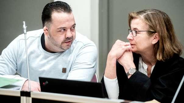 Niels Hoege, el enfermero acusado de matar a más de 100 de sus pacientes, habla con su abogada Ulrike Baumann.