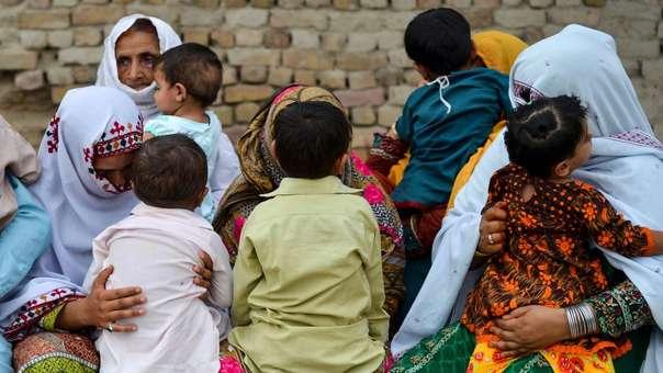 Madres cargan a sus hijos infectados con VIH