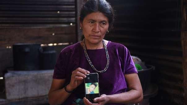 Rigoberta Vasquez, madre de Carlos Hernandez, muestra una foto de su hijo muerto tras ser detenido en la frontera de Estados Unidos.