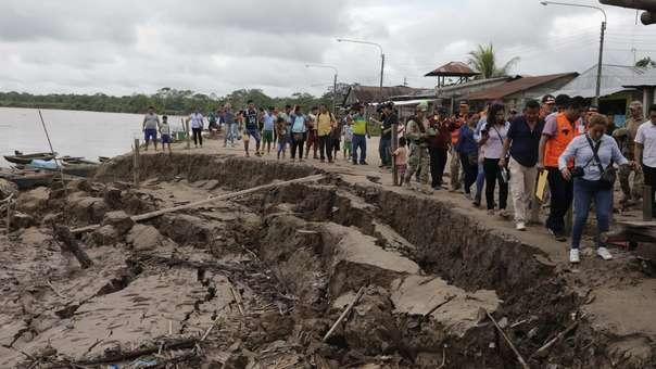 Miembros del gobierno y de los medios recorren las zonas afectadas este domingo.