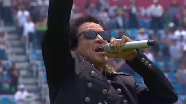 Alex Lora es blanco de críticas tras su interpretación del Himno Nacional de México.