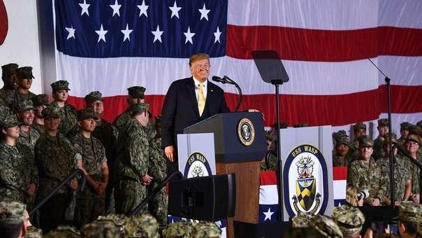 Donald Trump ante sus tropas en el USS Wasp