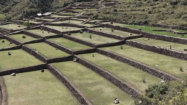 Andenes y muralla inca en parque arqueológico de Tipón.