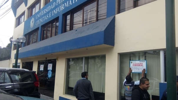 Carteles de cierre temporal de la UPCI son instalados en el frontis de dicha casa casa de estudios.