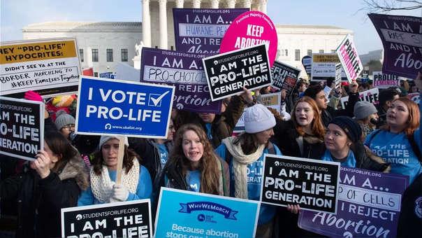 Manfiestantes a favor y en contra del aborto en Alabama