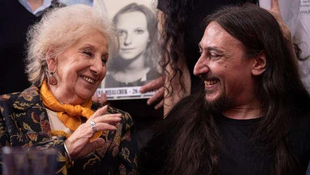 El argentino Javier Matias Darroux (41) y Estela de Carlotto, presidenta de las Abuelas de Plaza de Mayo.