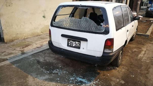Durante el enfrentamiento un auto resultó con daños por una bala perdida.