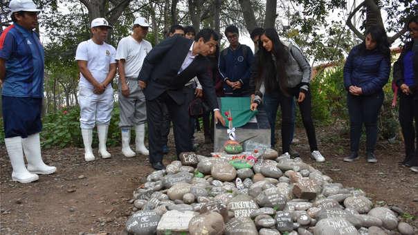 Personal Administrativo de San Marcos y estudiantes develan la placa conmemorativa a Perrovaca.