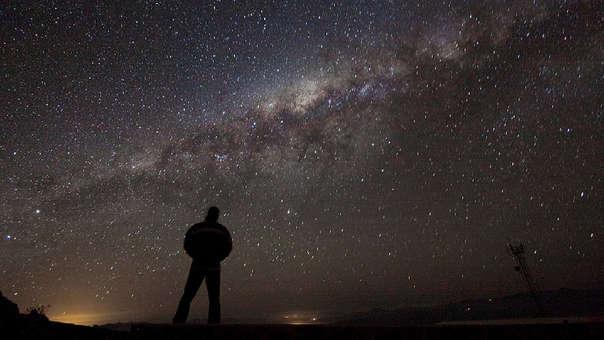 Entre tantas estrellas en la Vía Láctea, la pobabilidad de que estemos solos es casi nula. La Ecuación de Drake es el primer paso científico en buscar vida extraterrestre.