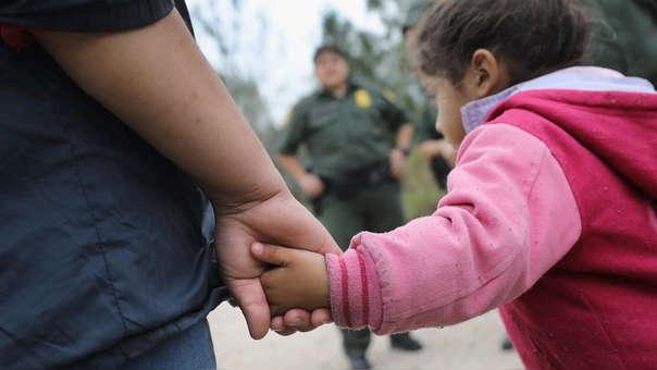 Una familia migrante en la frontera de EE.UU.