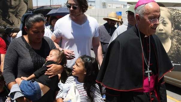 El obispo estadounidense Mark Joseph Seitz acompañando a los migrantes.