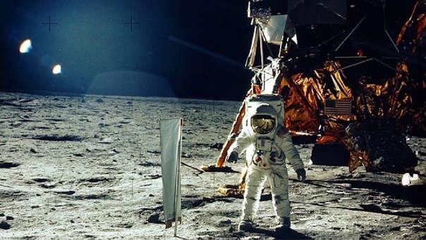El astronauta del Apolo 11, Buzz Aldrin, realiza un experimento de viento en la luna.