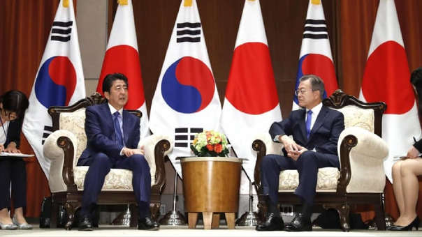 El primer ministro Shinzo Abe y el presidente surcoreano Moon Jae-in sostienen conversaciones en Nueva York en septiembre
