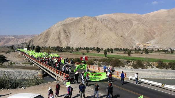 Manifestantes llegaron hasta el puente Santa Rosa que une Arequipa con Moquegua.