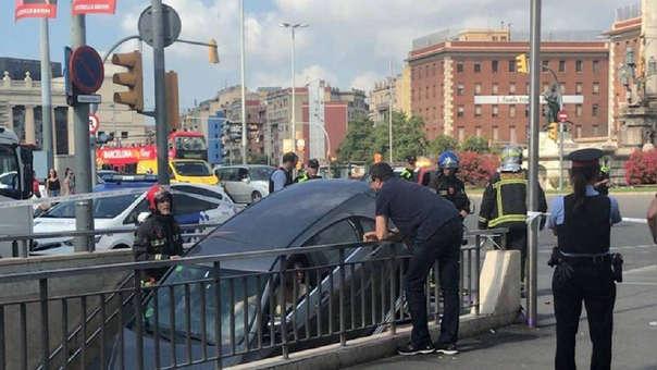El auto quedó estancado en la entrada.