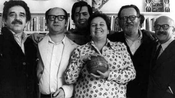 Una de las pocas fotos de los exponentes del Boom Latinoamericano: Carmen Balcells junto a García Márquez, Jorge Edwards, Vargas Llosa, José Donoso y Ricardo Muñoz Suay.