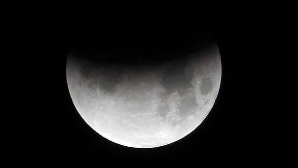 Eclipse lunar visto desde Islamabad, en Pakistán, país vecino a la India.