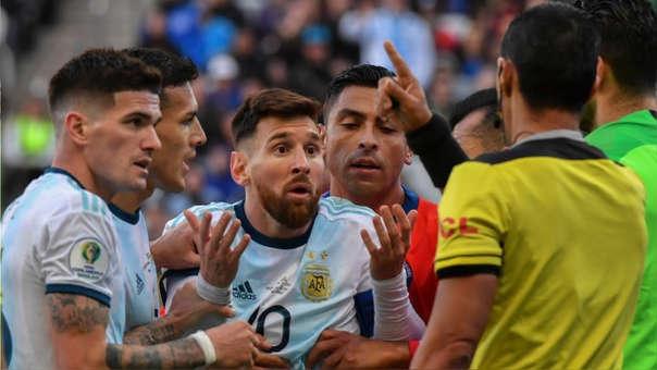 Lionel Messi fue expulsado en el partido contra Chile tras un choque contra Gary Medel