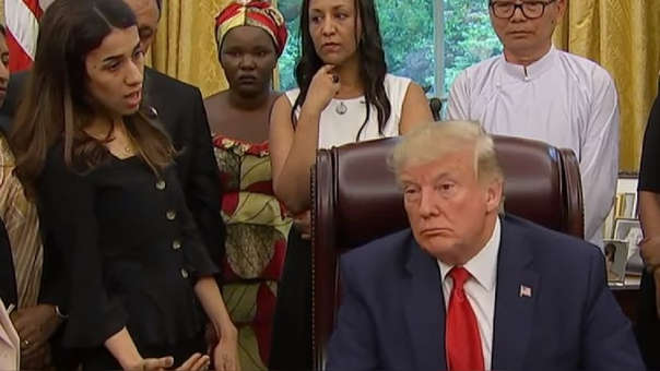 Donald Trump (sentado) y Nadia Murad (parada a su derecha)