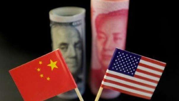 """El presidente de Estados Unidos, Donald Trump, criticó la decisión de China de permitir que el yuan caiga por debajo del nivel clave de 7 unidades por dólar por vez primera en más de una década, calificándola como una """"gran violación""""."""