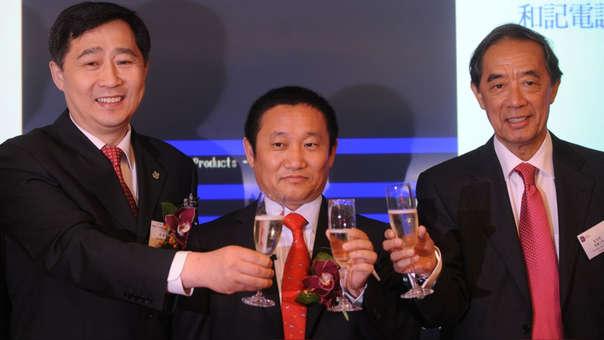 Liu Zhongtian (centro) en el 2009 junto al entonces vicegobernador de la provincia de Lianing,  Liu Guoqiang (izquierda), y el empresario  Ronald Arculli (derecha) en Hong Kong.