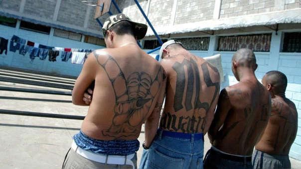Pandilleros de la Mara Salvatrucha en un centro de detención