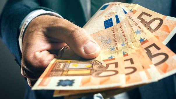 El hombre entrega los billetes de euros en efectivo