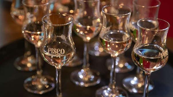 Mientras el pisco peruano usa el juego de la uva, llamado mosto, en Chile elaboran el aguardiente al reprocesar las uvas no usadas para el vino con levadura, agua y azúcar.