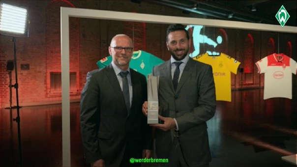 Claudio Pizarro al lado de Thomas Schaaf