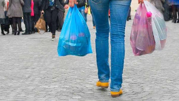 En diciembre del 2018, el Congreso publicó la Ley N°30884 que busca desincentivar el consumo de productos plásticos de un solo uso y los recipientes o envases descartables, vía el Impuesto a las Bolsas Plásticas.