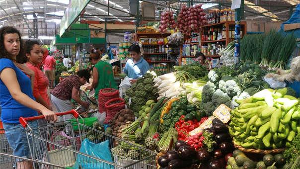 Entre los Alimentos y Bebidas que aumentaron de precio figuran las frutas (3,6%) como el mango (27,5%), palta fuerte (15,0%), melón (12,3%), limón (12,2%), manzana israel (7,5%).
