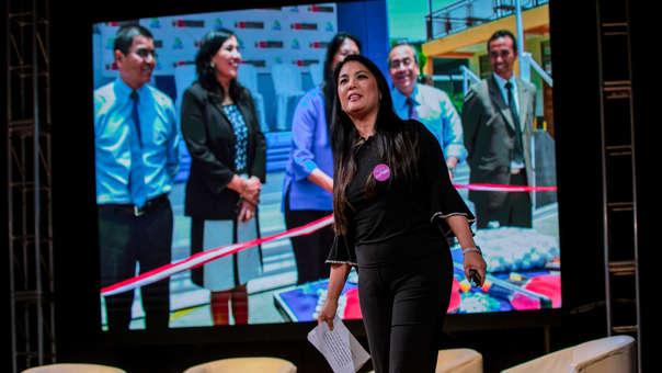 Mónica Liyau explicando su programa Impactando vidas.