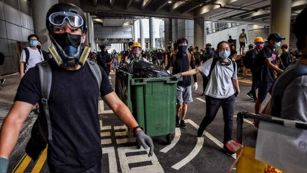 Manifestantes en el aeropuerto internacional de Hong Kong el último domingo.