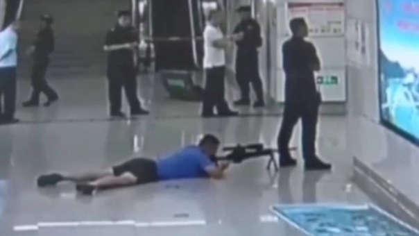 El francotirador se ubica detrás de su colega y a 60 metros del secuestrados. Un solo disparo en la cabeza acabó con la vida del atacante.