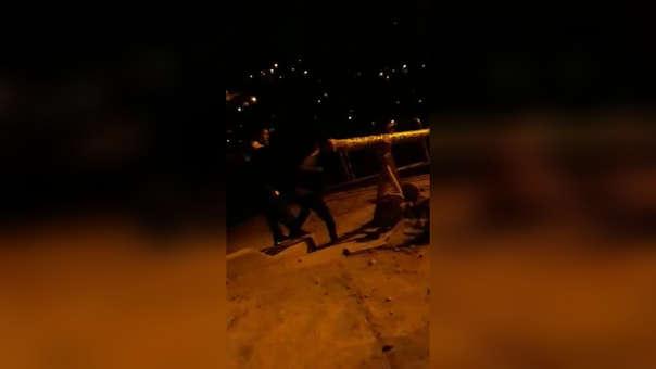 Padre agredió a su hijo en plena vía pública.