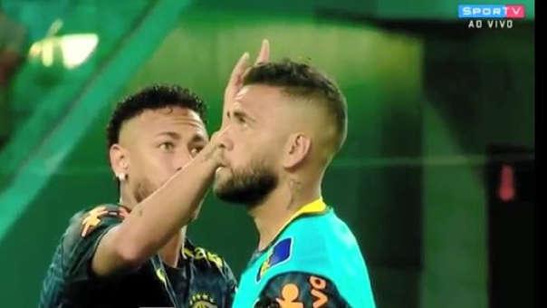 Neymar y Dani Alves previo al partido entre Brasil vs. Colombia