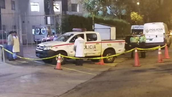 Mujer se suicida dentro de patrullero