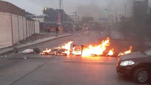 Los estudiantes prendieron fuego a llantas para bloquear la avenida Venezuela y lanzaron fuegos artificiales.