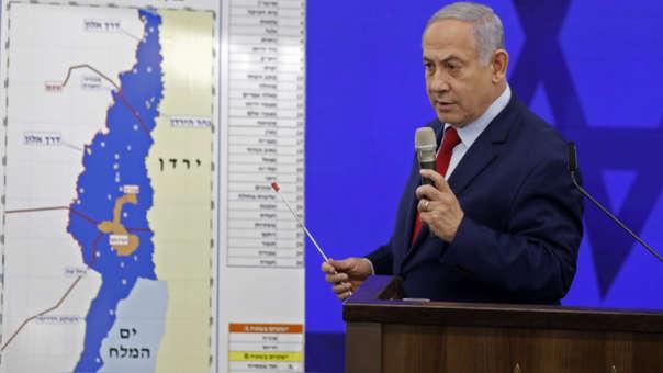 Benjamin Netanyahu declara frente a un mapa del Valle del Jordán tras anunciar su promesa