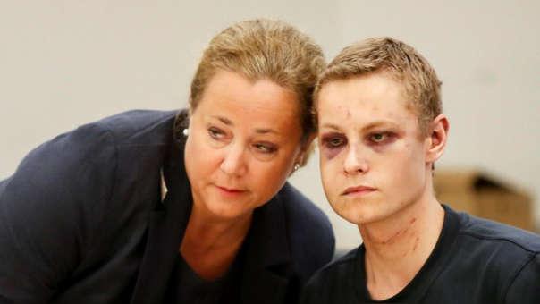 Philip Manhaus (derecha) tras su arresto