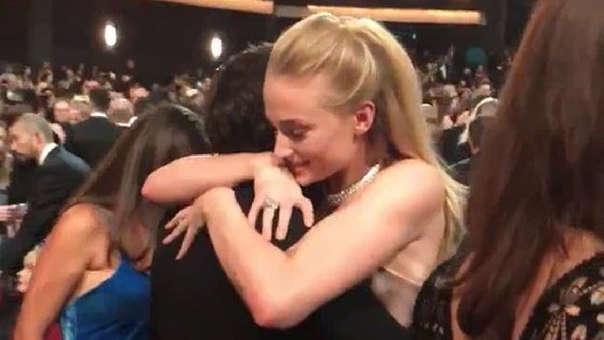 Emmy 2019: El emotivo abrazo de Sophie Turner y Kit Harington al reencontrarse en la gala