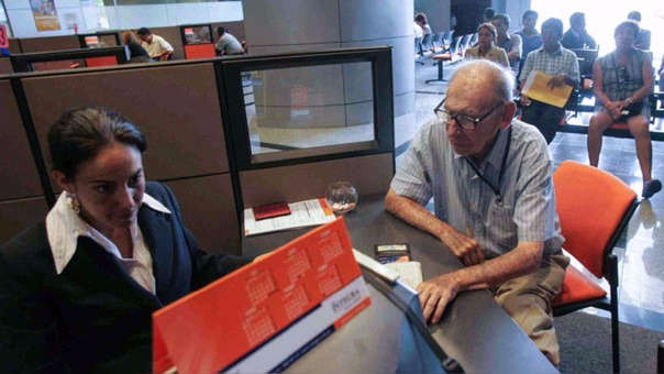 El Régimen Especial de Jubilación Anticipada (REJA) permite que personas desempleadas afiliadas a una AFP puedan jubilarse a los 55 años en el caso de varones y 50 en el caso de mujeres.