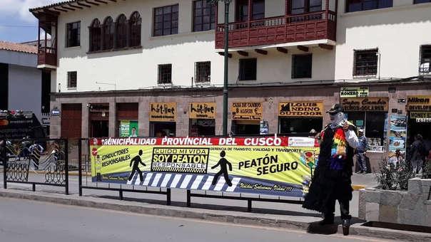 Coloridos personajes tradicionales de Cusco, buscan que peatones respeten las reglas de tránsito.