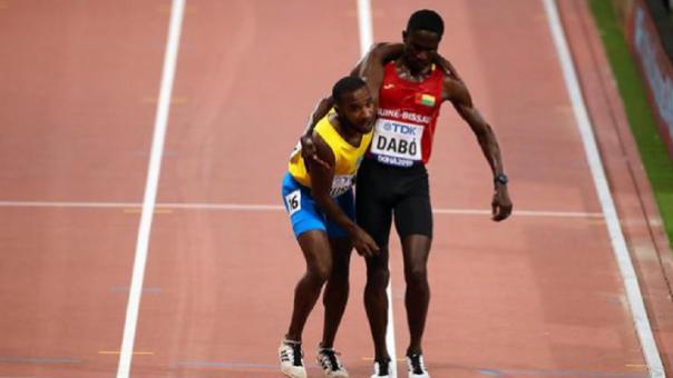 Atleta cargó a su rival y lo ayudó a terminar la carrera en el Mundial de Atletismo
