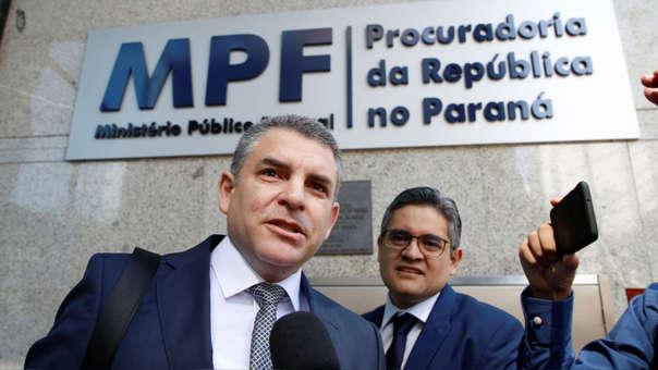 Los fiscales Rafael Vela y José Domingo Pérez a su llegada a la sede de la Procuraduría en Curitiba.